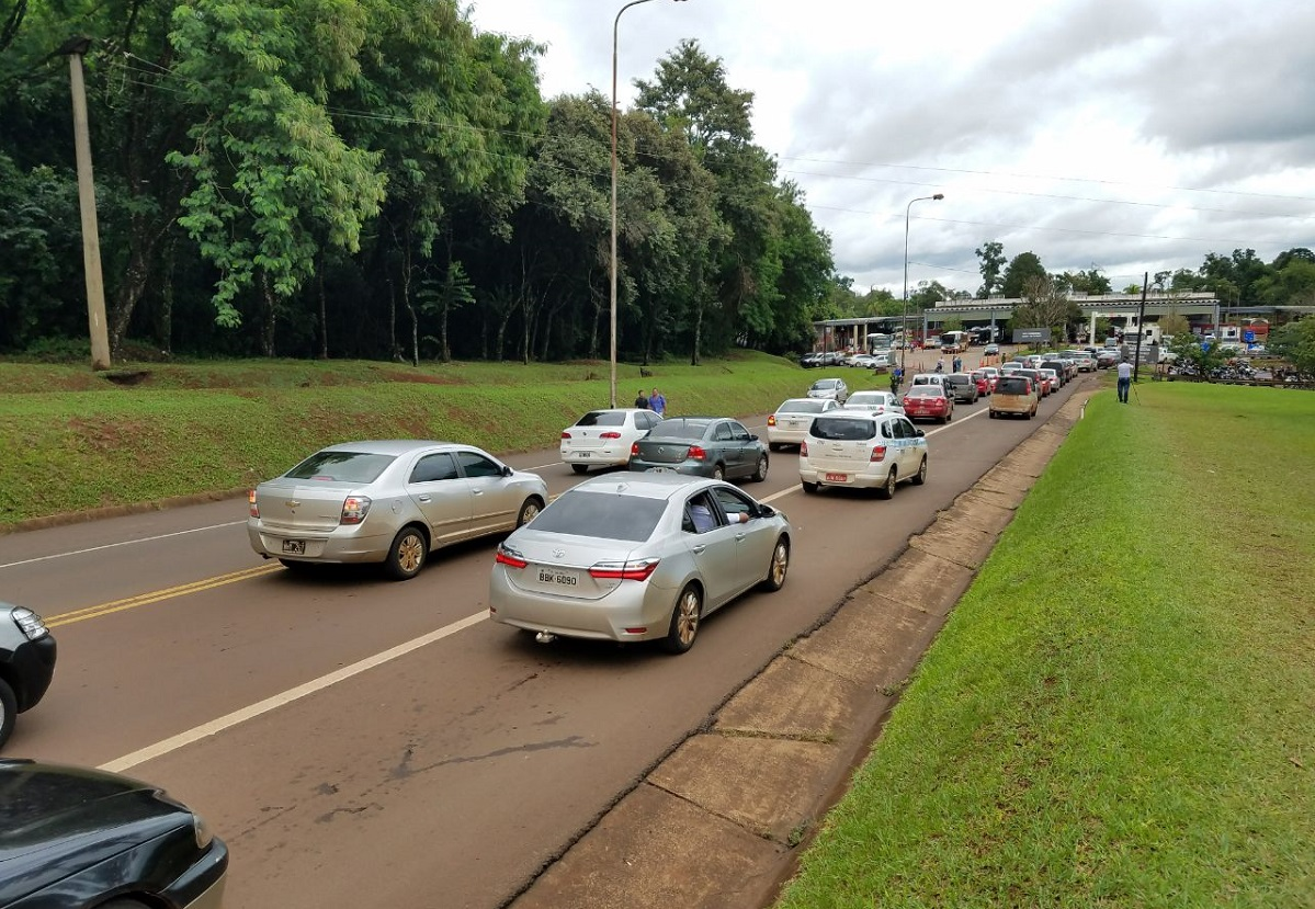Iguazú: taxistas y remiseros protestaron con un «bocinazo» por las demoras en la frontera