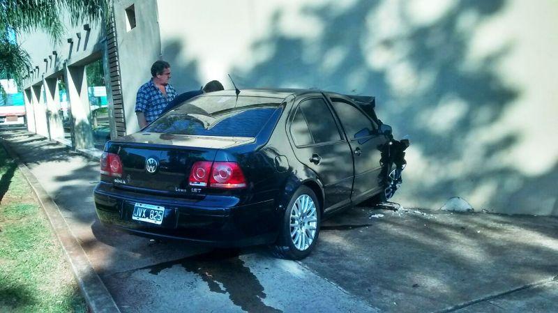 Video: vea cómo quedó el auto y la concesionaria tras el choque de esta mañana