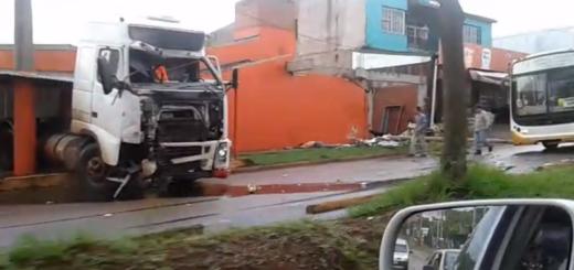 """Camión fuera de control impacta con una vivienda: """"venía a gran velocidad y no pudo frenar"""""""