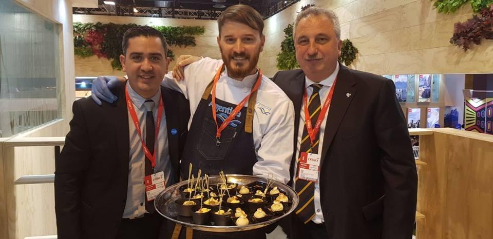 La prensa nacional sorprendida por el estilo de Gunther Moros, el chef misionero que cocina con madera y que fue furor en Madrid