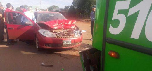 Auto se incrustó contra la parte trasera de un colectivo en el acceso al barrio Fátima de Garupá