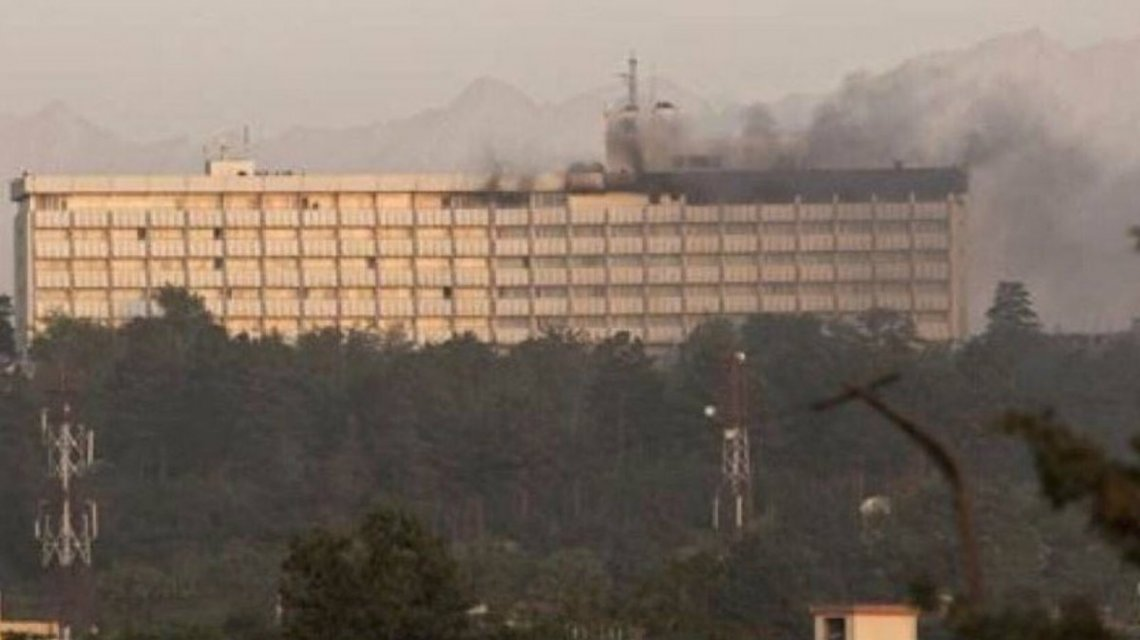 Afganistán: cuatro hombres armados entraron al hotel más importante de Kabul y tomaron rehenes
