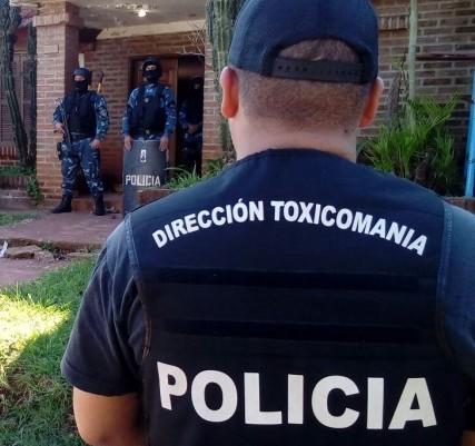 Dos hermanos acusados de vender droga en su casa de Posadas y de cuidar su mercancía con 12 perros quedaron a un paso del juicio