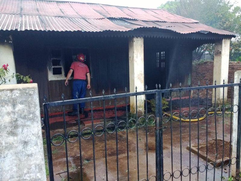 Volver a empezar: Adriana Bóveda perdió todo al incendiarse su casa en Posadas, tras el shock se puso manos a la obra y pide ayuda para su familia