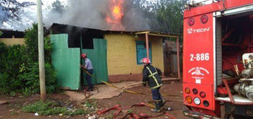 Piden ayuda para la familia posadeña que perdió todo ayer tras incendiarse su casa en el barrio San Onofre