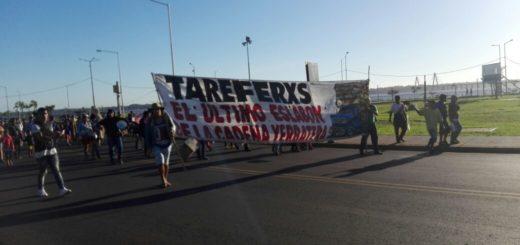 Tareferos marchan hacia el puente reclamando mercadería y útiles escolares