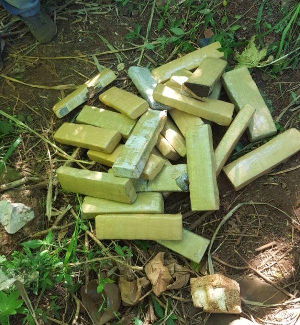 """Puerto Iguazú: """"Narco lancheros"""" fueron sorprendidos en la costa y abandonaron 25 ladrillos de marihuana"""