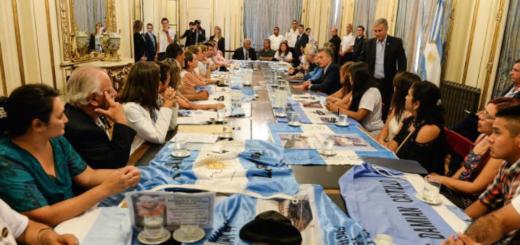 Tras reunirse con los familiares de los tripulantes del ARA San Juan, Macri anunció una recompensa millonaria para quien encuentre el submarino