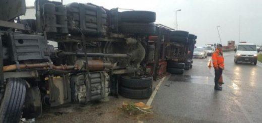 Volcó un camión con útiles escolares y los vecinos lo saquearon