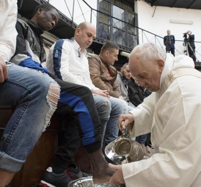 El Papa lavó los pies de doce presos de un penal romano y hoy presidirá el Vía Crucis en El Coliseo romano desde las 16:15