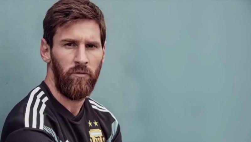 Messi junto a otros jugadores posaron con la nueva camiseta negra de la Selección argentina