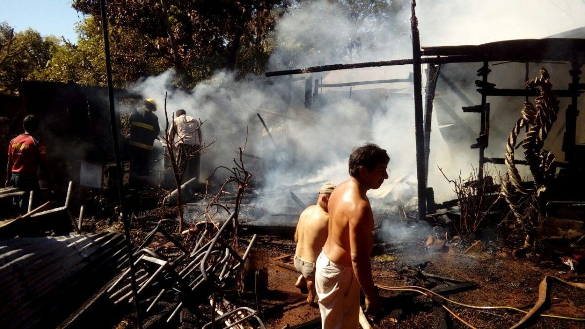 Incendio destruyó una vivienda en Cerro Azul y dos jóvenes escaparon a tiempo de las llamas