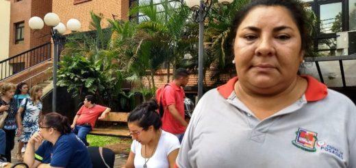 Empleados del área de barrido de la Municipalidad de Posadas realizan una protesta en la vereda del edificio comunal