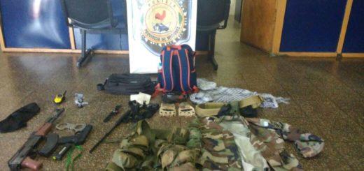 Detienen a dos jóvenes que circulaban por Posadas con armas falsas, equipamiento militar y hasta una credencial trucha del FBI