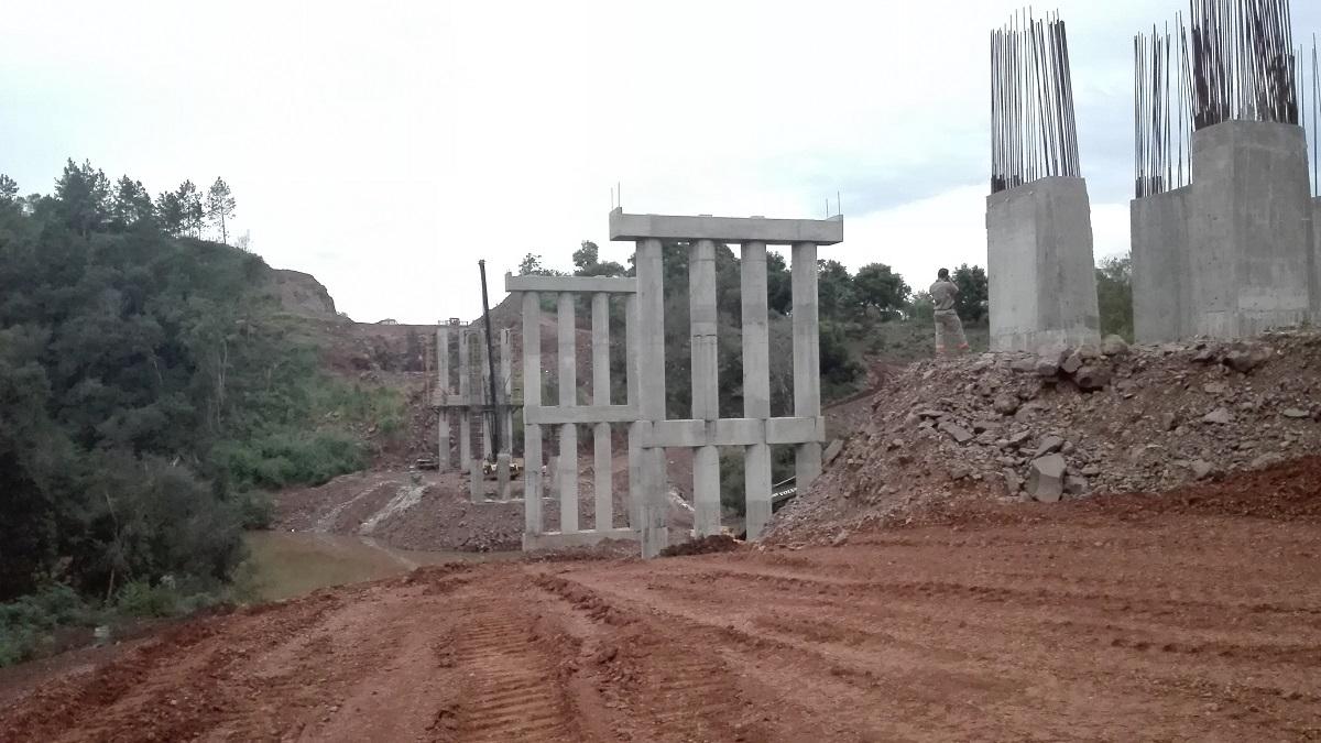 """Avanza la construcción del puente sobre el arroyo """"El Torto"""", en Santa Rita"""