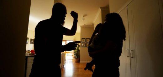 Desesperado golpeó a su mujer con su bebé en brazos porque le sacó el vino