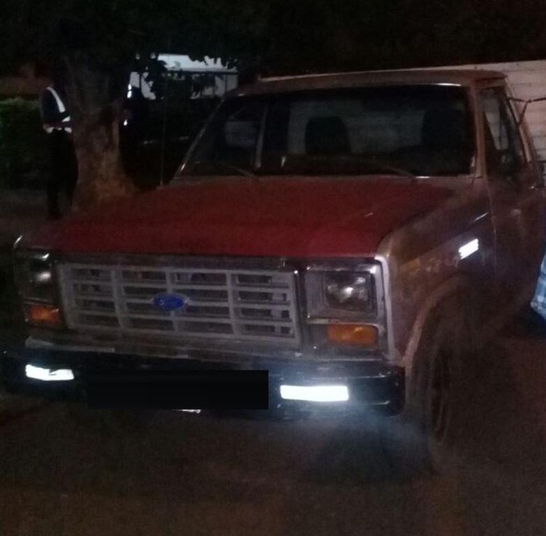 Peligro sobre ruedas: la Policía interceptó una camioneta que llevaba en su carrocería 7 personas, entre ellas una embarazada