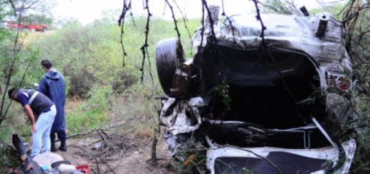 Una pareja debió ser rescatada por bomberos tras volcar su auto