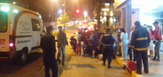 Motociclista herido al impactar contra un auto estacionado en Iguazú