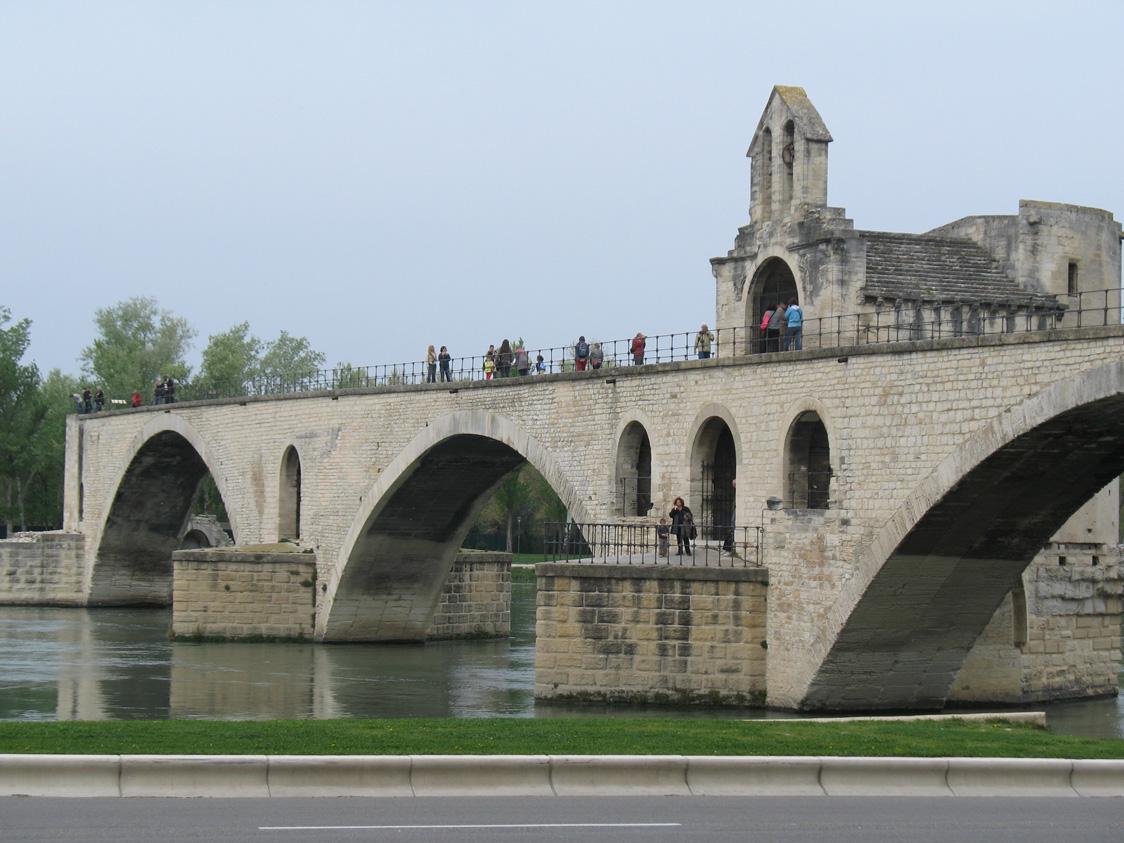 Visitando el Palacio de los Papas y el Puente de Avignon, Francia