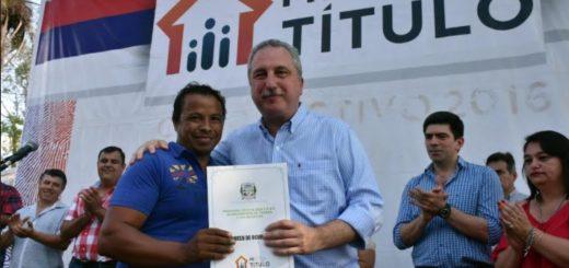 """""""En Misiones no hay ninguna grieta"""", dijo Passalacqua al entregar 120 soluciones de tierra en Profundidad"""