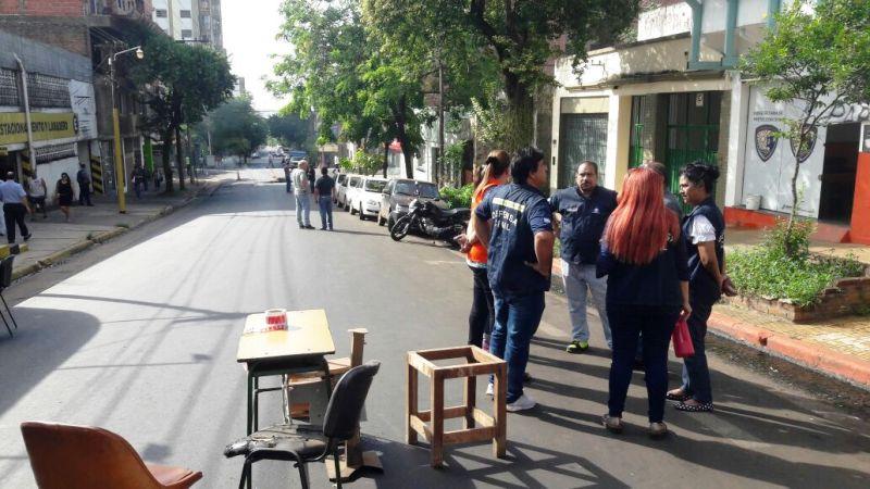 Reclamo salarial de empleados de Defensa Civil interrumpe el tránsito sobre calle Sarmiento de Posadas