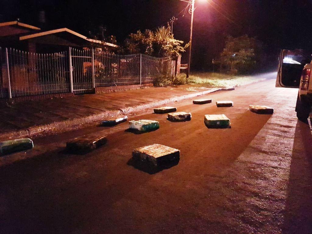 Wanda: incautan 260 kilos de droga arrojados desde un auto