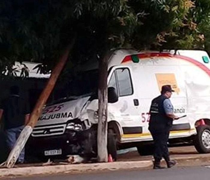 Fuerte choque entre una ambulancia y una camioneta en Posadas