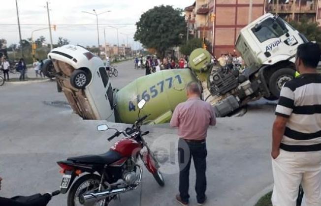 Video: Un camión y auto quedaron atrapados en un enorme bache en Chaco