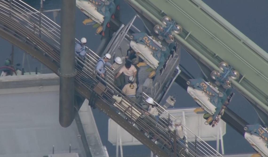 Pánico en Japón: montaña rusa falló y dejó 64 pasajeros suspendidos en el aire a 30 metros de altura