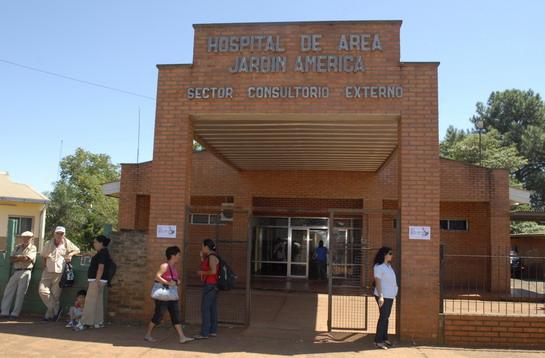 Conmoción en Jardín América: una mujer de 25 años entró con dolor abdominal al hospital y murió horas después