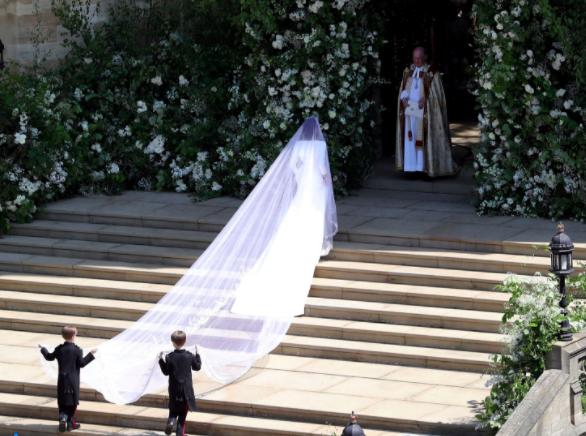 """Meghan Markle eligió un vestido sobrio y """"off white"""" de Givenchy para dar el sí"""