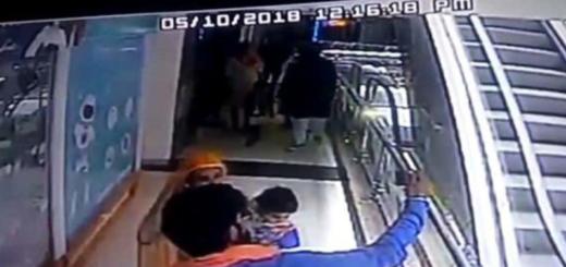 Una bebé murió al caer de una escalera mecánica mientras sus padres se sacan una selfie