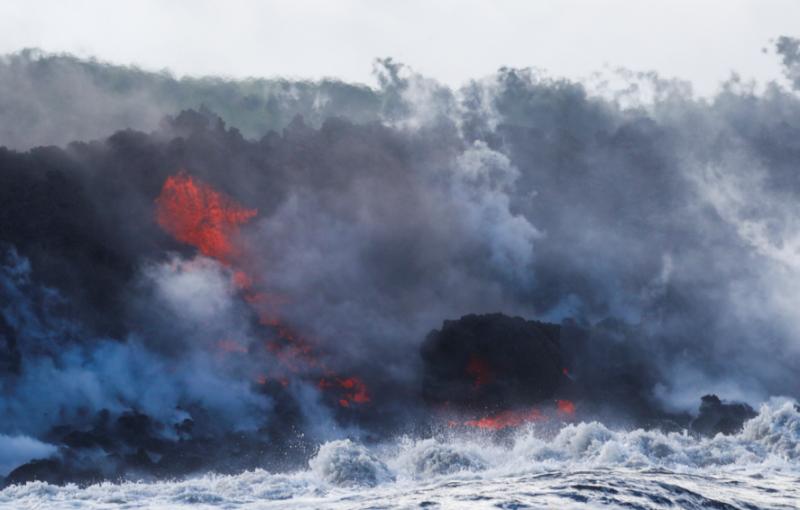 Hawaii: La lava del volcán Kilauea llegó al Océano Pacífico y alertan a la población por una nube tóxica sobre la isla