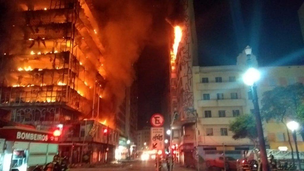 Una persona murió tras el derrumbe de un edificio en llamas en San Pablo, Brasil