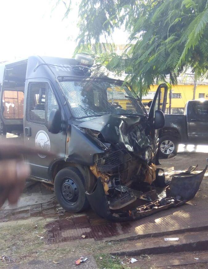 Cinco policías heridos al chocar un móvil de la fuerza y una camioneta en Uruguay y Maipú
