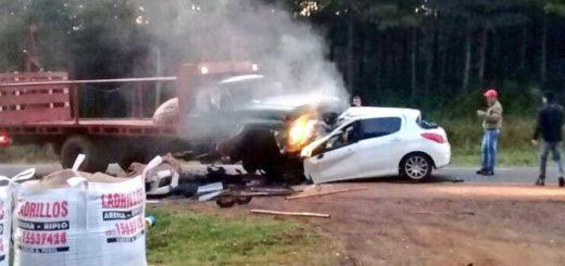 Grave accidente sobre la ruta 12 en Montecarlo: un oficial del Servicio Penitenciario murió al chocar de frente un auto y un camión