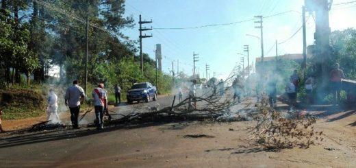 Vecinos del barrio San Jorge cortan el tránsito en la avenida Cocomarola de Posadas, por reclamos a EMSA