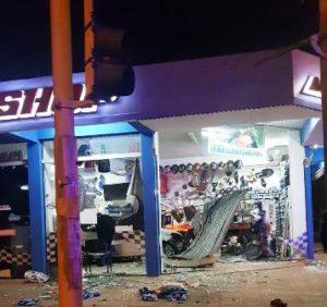 Tras un choque un auto se metió adentro de un negocio en Posadas