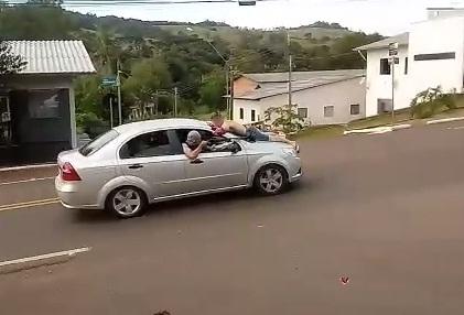 Video: Delincuentes asaltaron un banco en Brasil con auto argentino y llevaron a uno de los rehenes sobre el capó