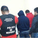 Posadas: empujaban una moto adulterada, tenían marihuana y terminaron detenidos