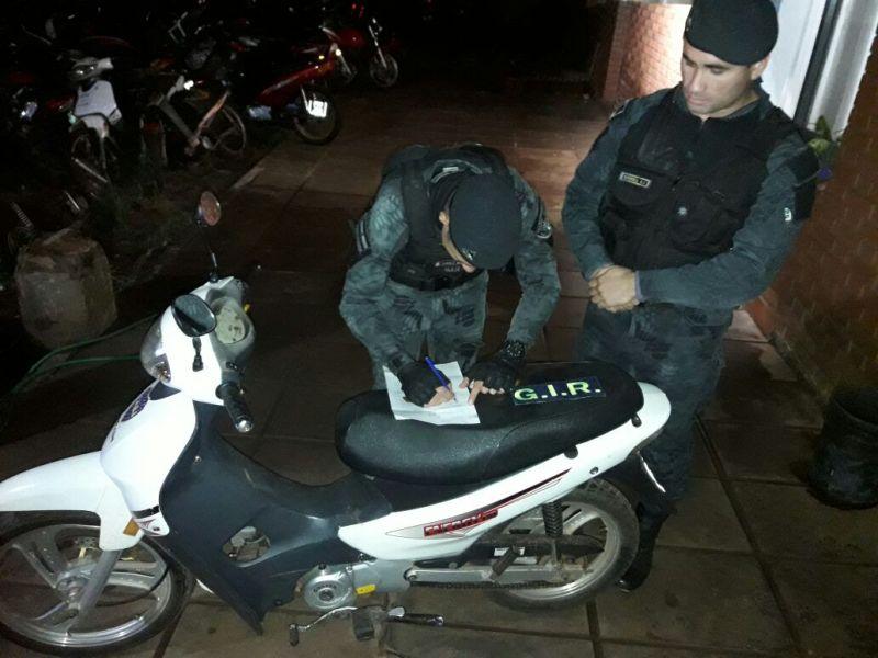 Posadas: recuperaron una moto robada oculta en un baldío