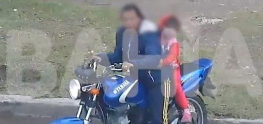 Video: nena sin casco cae de una moto y su madre ni se inmuta