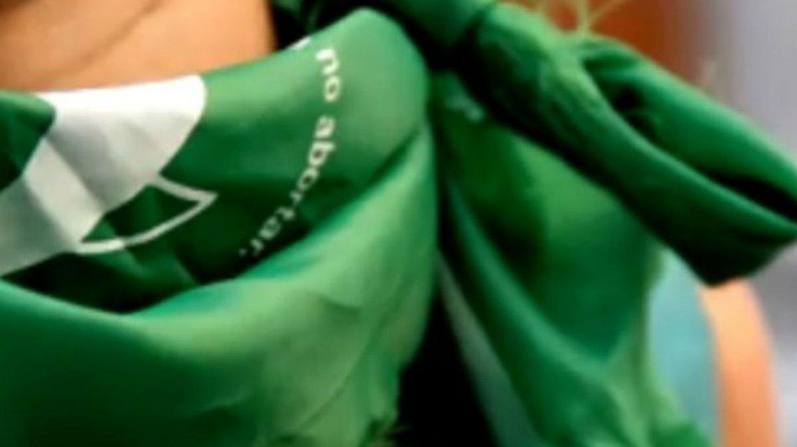 En Mendoza golpearon y amenazaron de muerte tres jóvenes por llevar el pañuelo verde