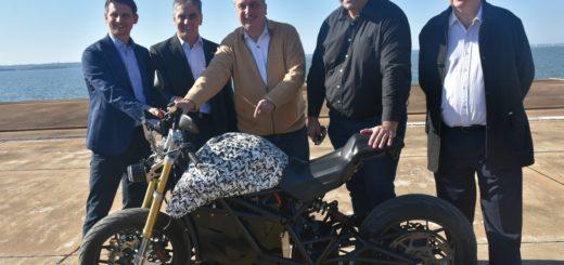 Directivos de la empresa Voltu mostraron a Passalacqua el prototipo de la moto eléctrica que pronto será fabricada en el Parque Industrial