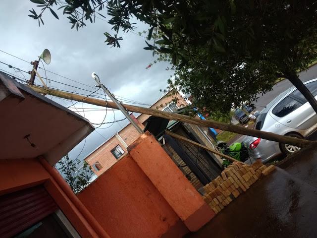 Por fuerte tormenta cayeron varios postes de luz en la localidad de San Vicente