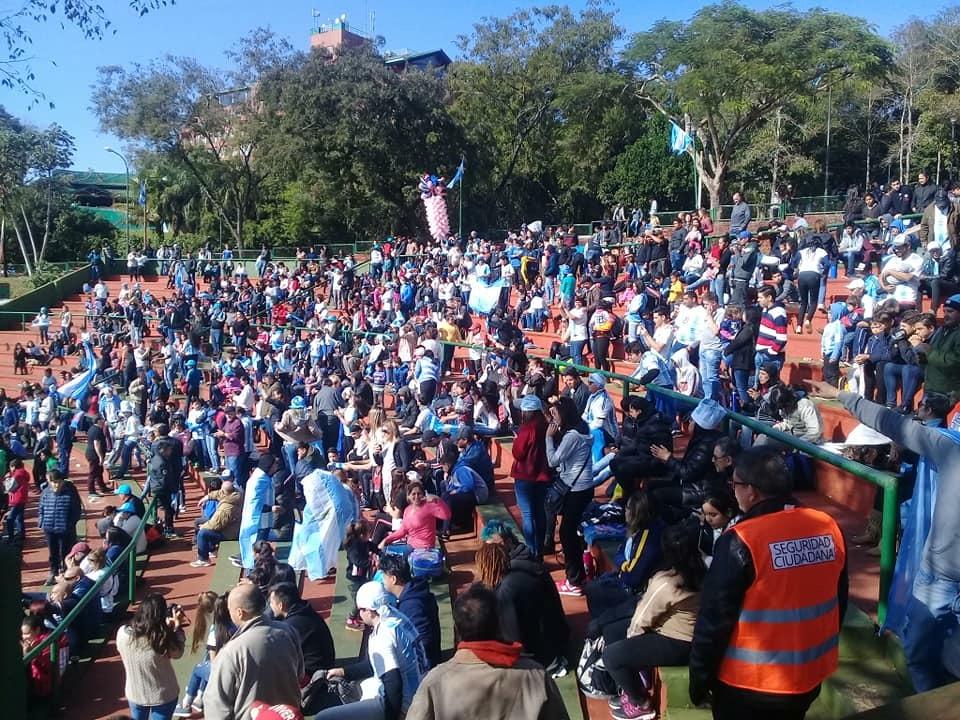 #Mundial2018: a pesar del frío, cientos de hinchas disfrutaron del partido de Argentina en el anfiteatro de Iguazú