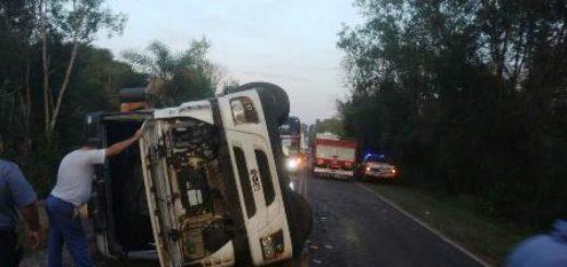Iguazú: Volcó un camión y su conductor terminó ileso