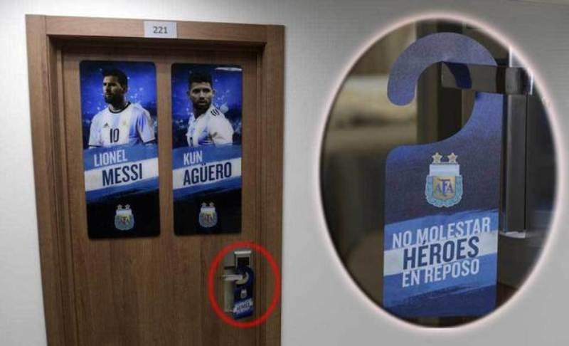 #Mundial2018: El aviso de Messi y de Agüero en la puerta de su pieza