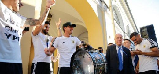 """#Mundial2018: Los jugadores de la Selección Argentina sorprendieron a los hinchas que realizaban un """"banderazo"""""""